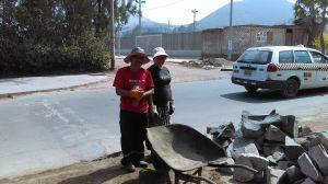 Missionário Nerísio e irmã Maritza trabalhando na reforma da casa.
