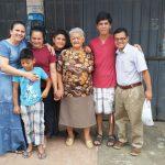 Irmã Ana Schimitt, ao lado da missionária Maritza, seus familiares não crentes e o Pr. Nerízio