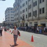 Uma das ruas da capital, Lima, é tomada por cambistas