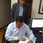 Momento de assinatura do Estatuto e da Ata de Constituição da Igreja - Pr. Ildo Manica