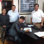 Momento de assinatura do Estatuto e da Ata de Constituição da Igreja - Pr. Humberto Schimitt Vieira