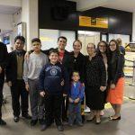 Pr. Josué Hoffmann e demais irmãos ao lado da família do missionário Marcelo no Aeroporto