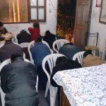 Momento de oração no culto doméstico