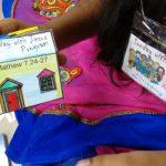 Quando uma criança se inscreve para participar do programa Domingo com Jesus, ela recebe seu crachá e pode levar para casa algumas das atividades realizadas, como a casinha dessa foto