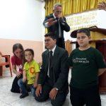 Missionário Resplandes ora pelo missionário Marcelo Fernandes e sua família
