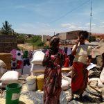 Mulheres vendendo milho branco, com o qual se faz a n'shima (prato semelhante à polenta, porém branca)