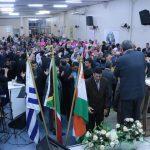 A oração final foi marcada pela presença de Deus sobre a igreja - à esquerda, missionária Márcia Alves ministrando o louvor