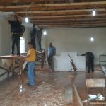 Irmãos voluntários trabalhando na construção do templo