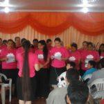 Coral da União Feminina louvando a Deus durante a inauguração