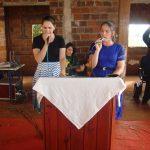 Irmãs Siméia e Rose louvando a Deus