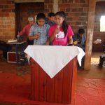 Irmãs indígenas louvando a Deus