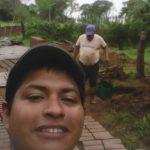 Irmãos fabricando tijolos