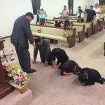 Pr. Humberto orando pelo Pr. Francisco e família