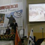 Pr. Humberto apresentando fotos do trabalho em Lesoto/África