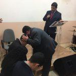 Momento de oração pelo dirigente da nova congregação, missionário Éder, e sua família