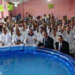 3 Os novos crentes mostraram, com alegria, as Bíblias doadas pela SBB